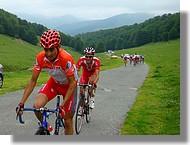 Le leader de la Route du Sud, Oscar Sevilla (Relax Gam), devant Amael Moinard (Cofidis).