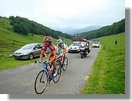 De nombreux petits groupes de coureurs dans l'ascension de la Hourquette d'Ancizan.