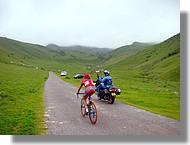 Discution entre cycliste et motard de la gendarmerie.