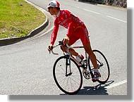 Un coureur de l'équipe Cofidis se dirige vers la ligne de départ à Pierrefitte Nestalas.