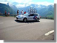 Une voiture suiveuse de l'équipe Française des Jeux.