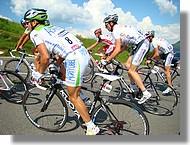 Le peloton avec au centre Jean Marc Bideau de l'équipe Roubaix Lille Métropole (dossard 81).