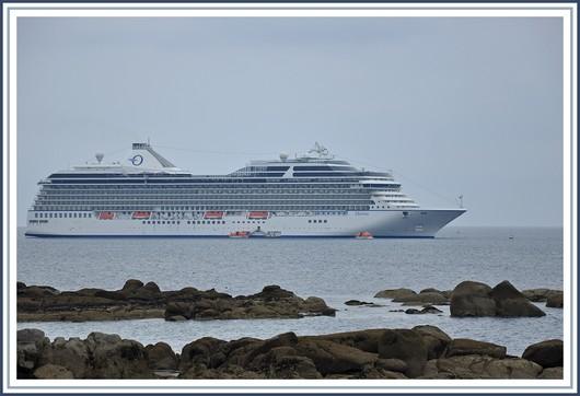 Dernier né de la compagnie américaine Oceania Cruises, le paquebot MS Marina était dans la baie de Concarneau ce lundi 6 juin 2011. Les 1258 passagers de ce paquebot de 238 m de long ont débarqué à partir de 9 h au port de Concarneau. Une partie des visiteurs avait prévu de passer la journée en ville, l'autre était montée dans une dizaine de cars qui les conduisaient vers Pont-Aven, la presqu'île de Crozon, Josselin, Carnac, Vannes... Photo prise le 6 juin 2011 du fort du Cabellou avec une météo hélas maussade.