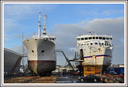Le Malin, ancien palangrier, et le navire à passagers Vindilis (Quiberon - Belle Ile) sur l'air de travail de l'élévateur du port. Photo prise le 8 janvier 2011. Un peu d'histoire concernant le Malin : il s'agit d'un navire de 1.000t et long de 50m. Le Malin a commencé sa carrière comme bateau de pêche, portant successivement les noms de «Caroline Glacial», «America nº 1» puis «Apache». En juin2004, le palangrier est intercepté puis arraisonné vers les îles Kerguelen pour pêches illégales dans la zone économique exclusive française des terres australes et antarctiques françaises (TAAF). Au terme d'une longue procédure judiciaire, il sera confisqué au profit de la Marine nationale qui en fera un bâtiment de soutien à la plongée. Elle le baptisera le «Malin» en référence à un croiseur du même nom qui s'illustra durant la Seconde Guerre mondiale. Basé jusqu'à présent à Toulon, le Malin a aussi participé à des entraînements nautiques de fusiliers marins et à des opérations de surveillance des approches du littoral. Il a aussi contribué à lutter contre l'immigration clandestine ou encore apporte son soutien au dispositif de sécurité lors d'un sommet de chefs d'États. Le chantier d'adaptation que vont réaliser les équipes de Piriou «vise à renforcer les capacités opérationnelles de ce bâtiment robuste et doté d'une silhouette unique», indique la Marine nationale. Ainsi, des mitrailleuses de calibre 12,7mm vont être intégrées, des soutes à munition et une armurerie vont être créées, une embarcation rapide et son dispositif installés. Parmi les autres prestations, figurent l'intégration d'un conteneur et de mâts d'épandage pour la lutte contre la pollution par les hydrocarbures, ou encore l'ajout de compartimentage dans l'ancienne cale à poissons, pour faire face à une voie d'eau. Toutes les installations liées à l'ancienne activité du navire seront débarquées. Ne restera que son allure extérieure de palangrier, qui pourrait semer la confusion chez les pirates... (Source : 