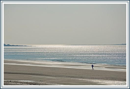 Moment de liberté pour ce jogger du dimanche matin, seul sur une plage du littoral breton. Photo prise le 6 mars 2011 à Kersidan (Trégunc).