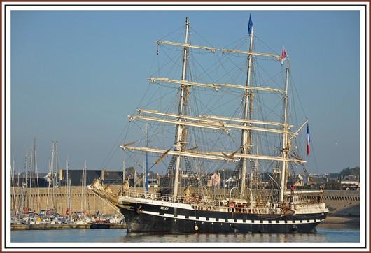 Le Bélem lors de sa sortie du port de Concarneau ce dimanche matin. Photo prise le 16 octobre 2011.