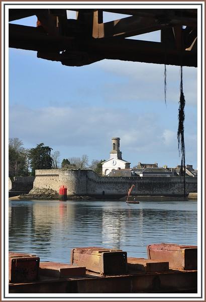 Les remparts de la ville close de Concarneau vues du Slipway (port de pêche), le 21 mars 2010.