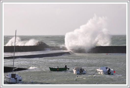Coup de vent sur la digue du petit port de Trévignon, à Trégunc. Photo prise le mardi 30 mars 2010.
