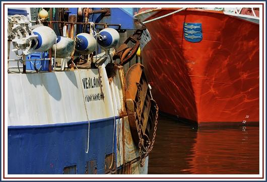 Gros plan sur le Verlaine et le Roselend, 2 chalutiers concarnois à quai dans le port. photo prise le jeudi 8 avril 2010.