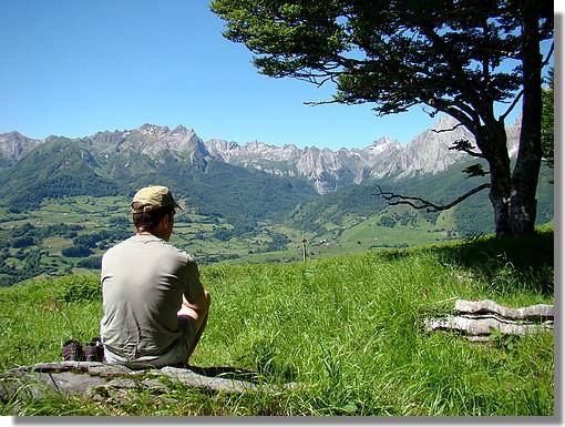 En admiration devant le cirque de Lescun. (Sur les hauteurs du village de Lescun en vallée d'Aspe - juin 2008). - © http://123123.over-blog.com