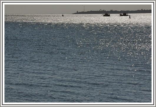 L'océan Atlantique en fin d'après midi avec deux bateaux de pêche. On peut appercevoir le sémaphore de Beg Meil au fond. Photo prise le 15 juin 2010.