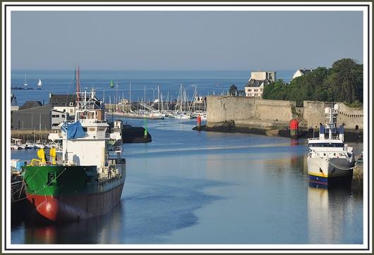 Gros plan sur le port de Concarneau avec le nouveau sablier Michel DSR (à gauche) et le Suroit de l'Ifremer (à droite). Photo prise depuis le pont du Moros le 24 mai 2010.