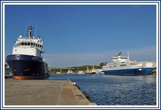 Le port de Concarneau avec l'Argonaute (gauche) et l'Estuaire (droite). L'Argonaute est arrivé ce vendredi 8 octobre et appartient au groupe Boubon (63 mètres de long et construit en 2003). Il est affrété par la marine pour assistance en mer et dépollution. Une escale concarnoise motivée pour des interventions sur ses moteurs. L'Estuaire est un navire amphidrome servant de bac sur l'estuaire de la Gironde. Il a été construit par les chantiers Piriou l'année dernière. Photo prise le 8 octobre 2010.