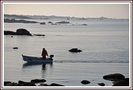 Un pêcheur près de Pendruc à Trégunc. On peut reconnaitre Trévignon au fond. Photo prise le 17 octobre 2010.