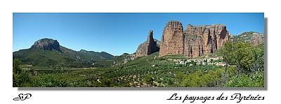 Riglos - Los Mallos (Espagne - Aragon) en juin 2008. Les Mallos dominent le petit village de Riglos avec leurs formes atypiques de gros cigares rouges vertigineux et culminent à 600 mètres d'altitude.