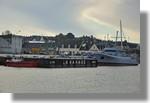 La barge qui va récupérer le mégabloc de la partie avant du futur patrouilleur Hermès. On peut voir à ses côtés le remorqueur Elorn de Brest et le navire militaire Altaïr. Photo prise le 28 novembre 2010.