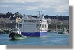 Le Bangor de la Compagnie Océane lors de sa descente de l'élévateur. On le voit ici avec les deux remorqueurs du port. Photo prise le 28 février 2011.