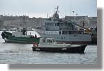 La Pilotine et le Van der Kemp I en action sous la pluie pour mettre à quai le Bangor. On reconnait le navire militaire Glycine. Photo prise le 28 février 2011.