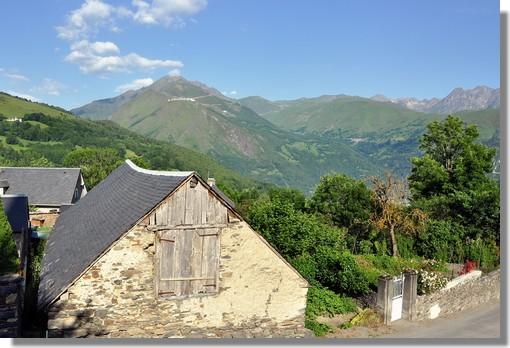 Au coeur du village d'Azet, en vallée d'Aure, avec en toile de fond le Plat d'Adet, station de ski de Saint Lary Soulan. Photo prise en juin 2011.