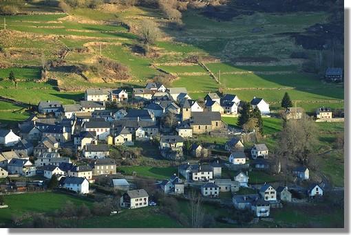 Zoom sur Lescun qui est à mes yeux, le plus beau village des Pyrénées. Photo prise le 25 mars 2012 au lever du jour.