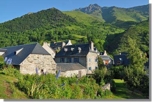 Aulon, petit village pyrénéen dans la vallée d'Aure (Hautes Pyrénées). Ce village est situé au pied du pic de l'Arbizon (2831 m). Aulon (1200 mètres d'altitude) est un village typique de montagne qui a su maintenir une activité pastorale traditionnelle. Au-dessus du village, se situe les granges de Lurgues. Il s'agit d'un site remarquablement rénové dans l'esprit de la région. Photo prise le 27 juin 2011.