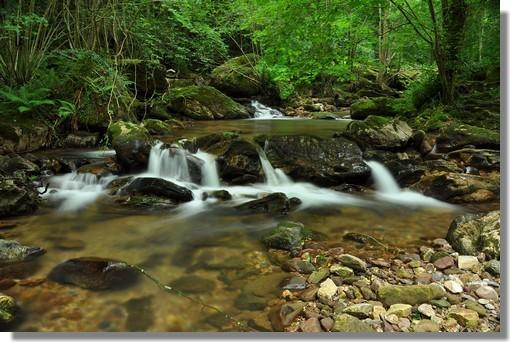 Pose longue pour le ruisseau du Laxia, affluent de la Nive, à Itxassou dans le Pays Basque. Photo prise le 21 juin 2012.