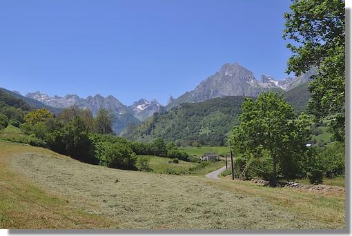 Lescun en vallée d'Aspe. On peut voir la petite route qui mène à Masousa Ansabère. Et au fond les célèbres aiguilles d'Ansabère. Photo prise le 23 juin 2010.