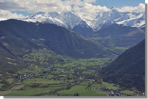 La très belle vallée d'Aure dans les Hautes Pyrénées. Photo prise le 19 mars 2011 de la route menant au sommet de la Hourquette d'Ancizan. La vallée d'Aure est constitutive du pays d'Aure, dont la capitale historique est Arreau. Elle correspond au cours supérieur de la Neste devenue Neste d'Aure. Elle s'étire sur près de 40 km depuis Sarrancolin jusqu'à la frontière avec l'Espagne accessible par le tunnel Aragnouet Bielsa.