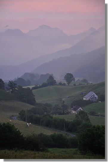 Couleurs du soir sur les environs de Lescun (Pyrénées Atlantiques). Photo prise le 28 juin 2010.