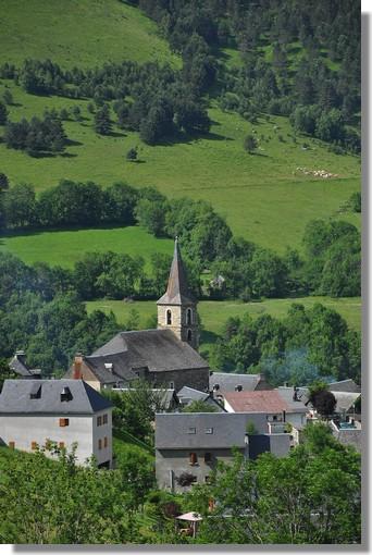 Le village d'Azet, en vallée d'Aure, dans les Hautes Pyrénées (1172 mètres d'altitude) compte 145 habitants. L'église du XII°siècle servait, autrefois, de donjon pour surveiller le col de Peyrefitte. Le village est entouré de pâturages où peuvent séjourner ovins et bovins. Le nom du village viendrait du nom gascon de l'âne : ascou, Car, pendant longtemps, si l'on en croît les anciens de la vallée, on ne ne pouvait monter dans ce village qu'à dos d'âne. Les habitants étaient nommés Eths truca-saumas , les frappes-anesses. Sources infos : http://www.vallees-aure-louron.fr. Photo prise le 21 juin 2011.