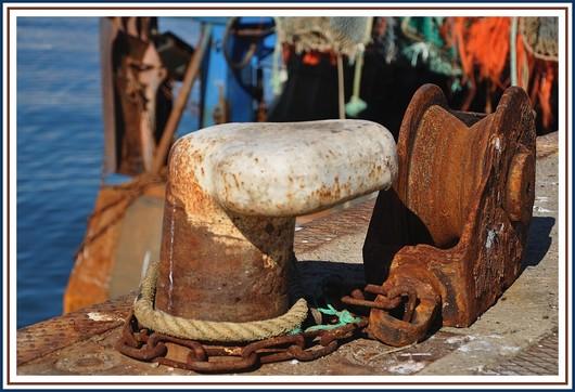 Couleur rouille dans le port de Concarneau avec cette poulie de chalut. Photo prise le 29 août 2010.