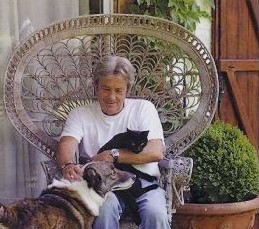 Alain Delon et son chat noir Poupouss