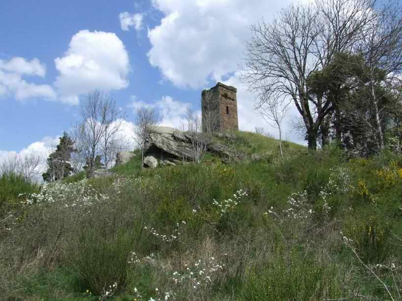 La pluie, le vent, la neige ne peuvent détruire cette tour médiévale.