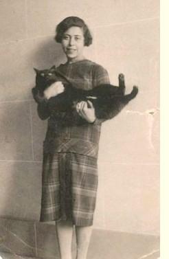 Irène Nemirovsky et son chat noir