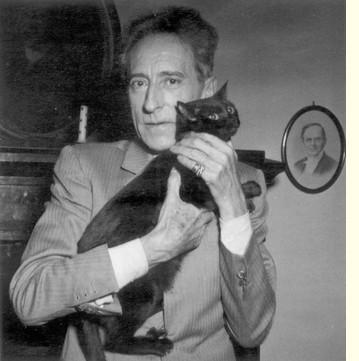 Jean Cocteau et chat noir
