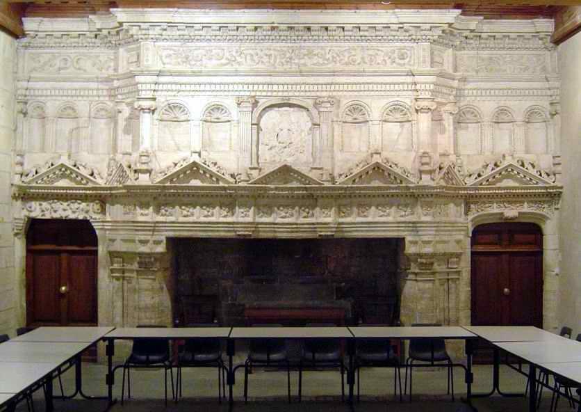 Lorsqu'un feu brulait dans l'âtre, que regardait le seigneur : La flamme ou les sculptures ?